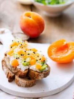 Tartine chèvre frais fève abricot