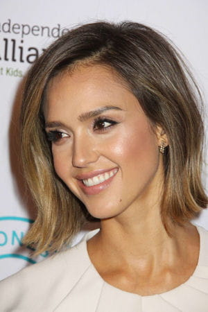 les faux cils de jessica alba les plus beaux maquillages de stars journal des femmes. Black Bedroom Furniture Sets. Home Design Ideas