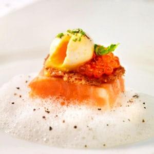 saumon de norvège fumé et son toast de pain de seigle, œuf de caille confit et