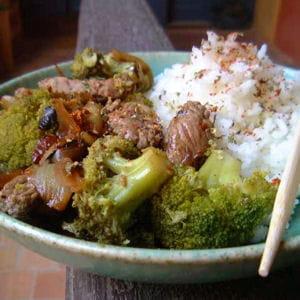bœuf sauté aux oignons et au brocoli