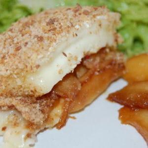brie pané farci aux pommes caramélisées