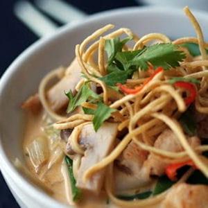 soupe thaïe au poulet et nouilles, curry rouge