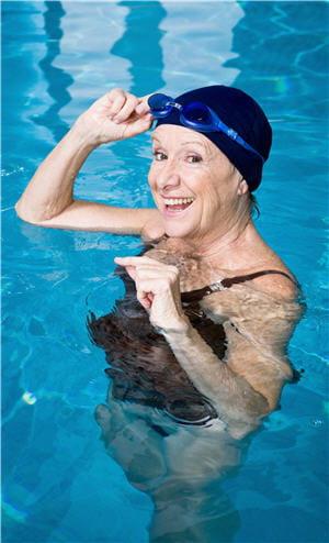 la natation est une activité physique conseillée en cas d'arthrose car elle