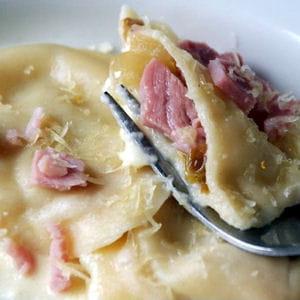raviolis jambon, compotée d'endives et emmental