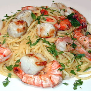 spaghettis aux saint-jacques et aux crevettes