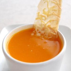 soupe carotte-orange et tuiles de brick au gruyère