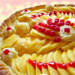 tarte aux mangues sur coulis de fruits rouges