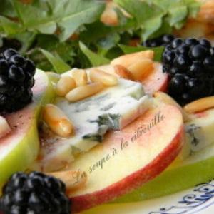 salade de pommes en duo, fourme d'ambert et mûres