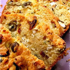 cake aux tomates séchées, feta et olives