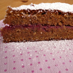 gâteau aux noix et aux framboises