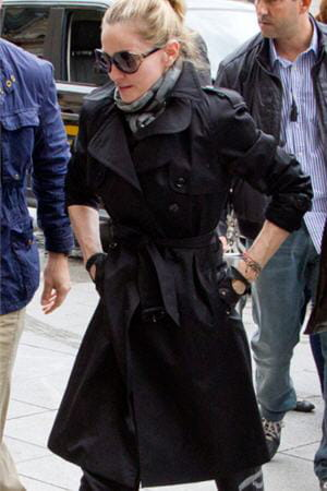 madonna en trench burberry à paris le week-end du 14 juillet