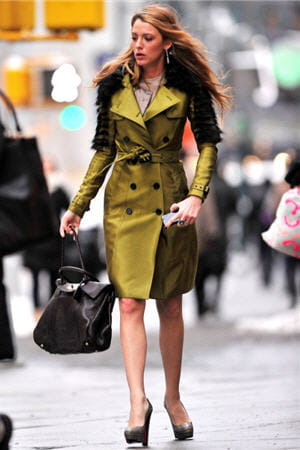 blake lively portait ce trench coloré de burberry à new york, le 12 janvier 2012