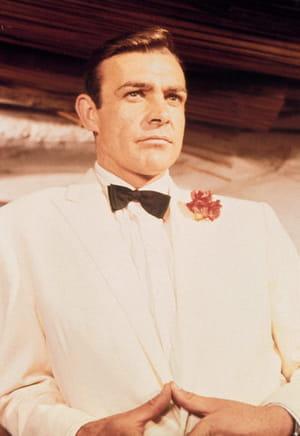 1964. dans golfinger, l'agent secret se délecte d'un cocktail à base de whisky