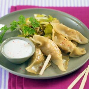ravioles de saint-jacques, fondue de poireaux et sauce crémée au floc de