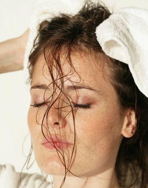 le spray protecteur s'applique sur les cheveux humides.