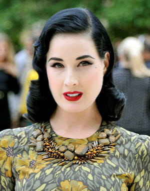dita von teese en septembre dernier au dfil burberry. 