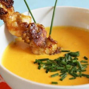 soupe froide jaune accompagné de brochettes satay