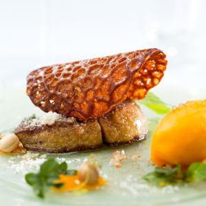 foie gras poêlé en croûte de noix de coco, sorbet et compotée de mangue à la