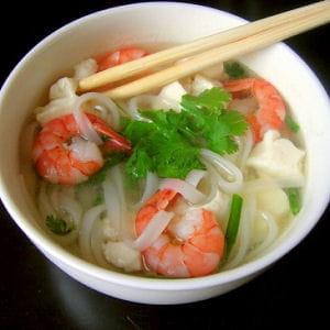 pho aux crevettes et au tofu express 20 recettes de soupes asiatiques journal des femmes. Black Bedroom Furniture Sets. Home Design Ideas