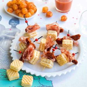 mini-piques de gaufrettes aux tomates séchées et rosette