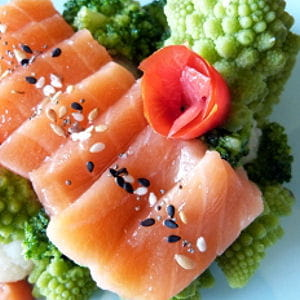 sashimi saumon au sel gomasio & son trio de choux