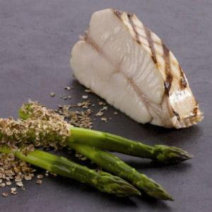 tronçon de flétan blanc de norvège grillé, asperges vertes panées aux flocons