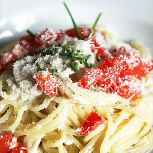 spaghetti à la crème, champignons et tomate fraîches