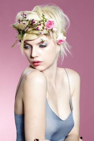 une coiffure de mariée champêtre.