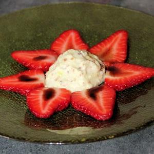 fraises au caramel balsamique et glace wasabi