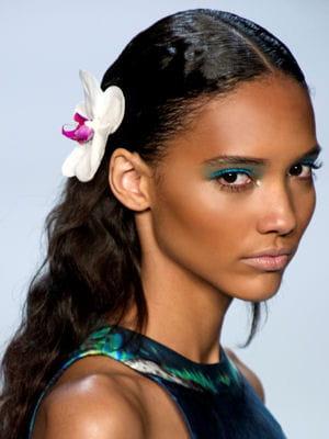 Accessoire de cheveux : fleur <b>des îles</b> : Coiffure : les accessoires de ... - 1644244-accessoire-de-cheveux-fleur-des-iles