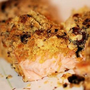 saumon en croûte de crumble aux fruits secs