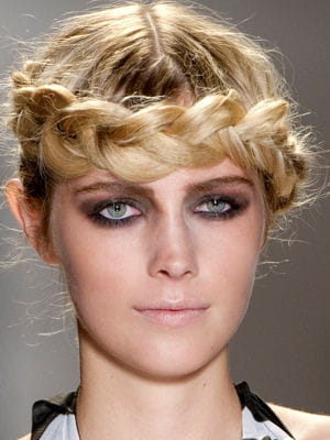 coiffure la tresse couronne coiffure la tresse tendance de la saison journal des femmes. Black Bedroom Furniture Sets. Home Design Ideas
