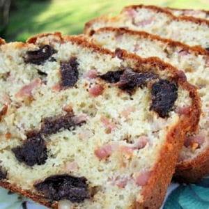 cake aux lardons, pruneaux et pignons