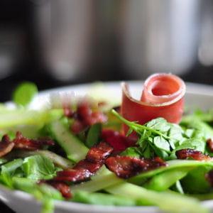 cressonnade aux asperges, jambon cru et lard
