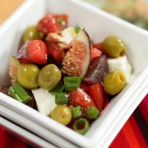 salade de tomates, olives vertes et vinaigrette à la figue