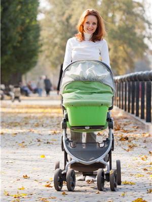 pousser le landau ou la poussette, un très bon exercice pour les jeunes mamans.