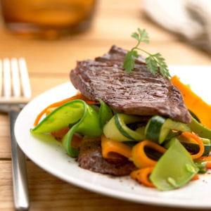 sauté d'onglet de bœuf aux petits légumes et au gingembre