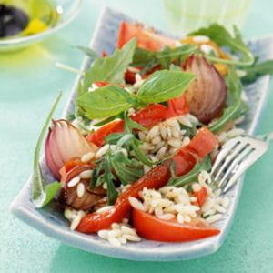 salade de pâtes aux poivrons, oignons et basilic