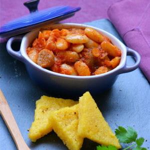 haricots tarbais à la sauce tomate, polenta poêlée et saucisse et romarin