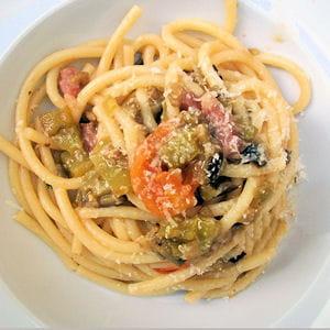 bucatini aux poivrons, aubergines, tomates, pancetta