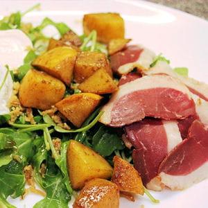 salade de kakis caramélisés, canard fumé et chèvre