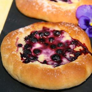 brioches aux myrtilles (blueberry buns)