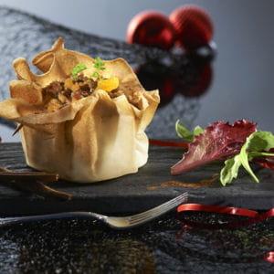 aumônières de farce au foie gras et au chutney d'abricots, sur lit de pain