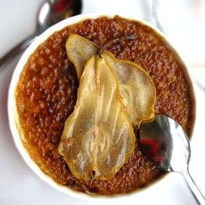 crème brulée à la badianne & poires caramélisées
