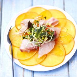 carpaccio de persimon et bar mariné au citron et à la fleur de sel