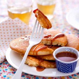 pancakes au caramel et beurre sal 75 recettes sp cial brunch du nouvel an journal des femmes. Black Bedroom Furniture Sets. Home Design Ideas