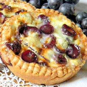 tartelettes aux poireaux, raisin et gorgonzola