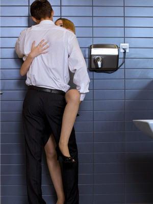 Dans les toilettes d 39 un restaurant - Photo de l amour dans le lit ...