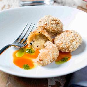 croquettes de camembert, ciboulette et pignons sur son coulis de poivron rouge