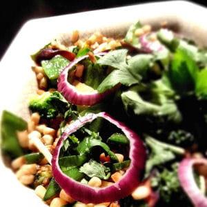 maïs blanc et légumes vert sautés à l'asiatique
